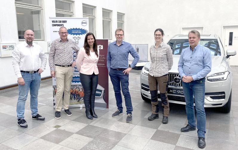Politiker och tjänstepersoner på plats inne i Volvo Olofströms bilhall.